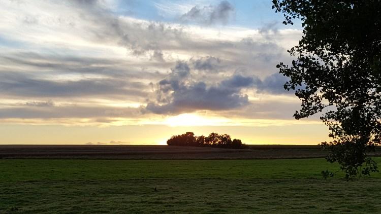 un suggestivo tramonto nella campagna della Normandia