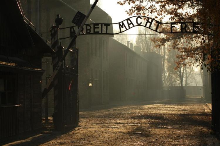 il celebre ingresso al campo di auschwitz con la scritta Arbeit Macht Frei vicino a cracovia in polonia