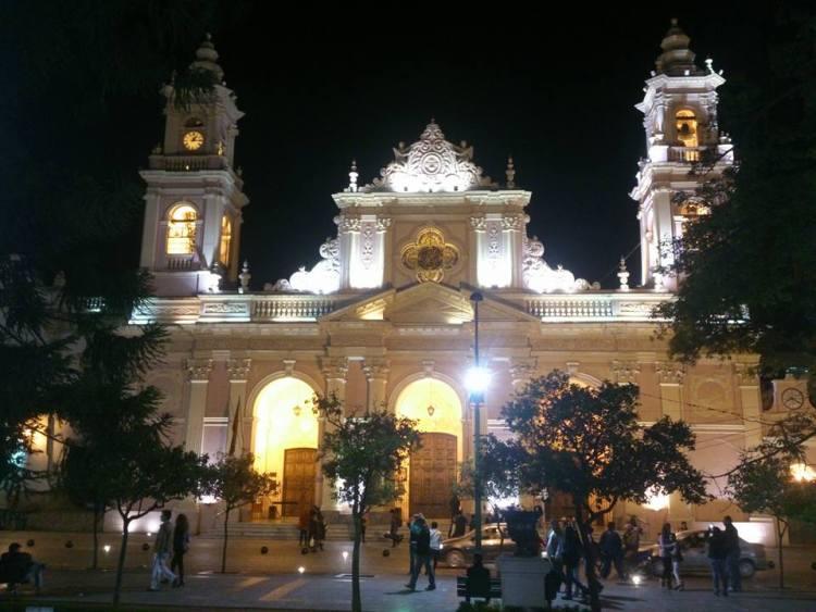 facciata della cattedrale di salta la linda di notte