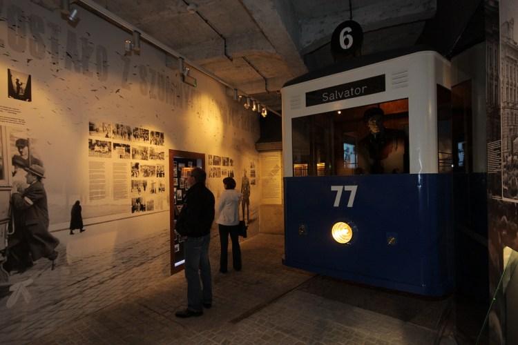 nella fabbrica museo di oskar schindler I finestrini un vero tram si trasformano in schermi per la proiezioni di filmati documentali