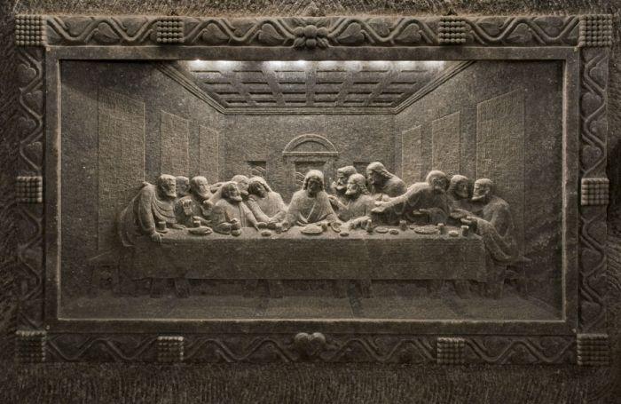 la rappresentazione in sale dell'ultima cena di leonardo nella miniera di sale di wieliczka vicino a cracovia in polonia