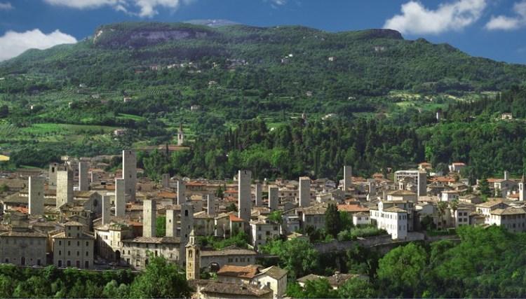 panoramica di ascoli piceno nella valle del tronto