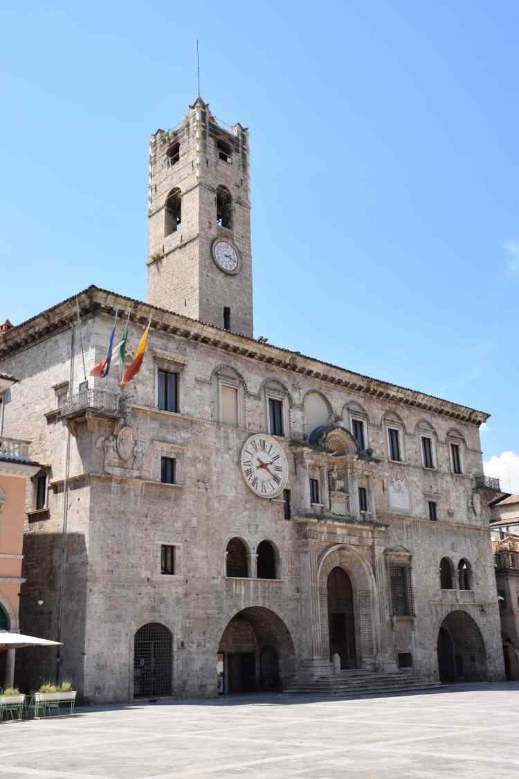 il palazzo dei capitani del popolo nel cuore del centro storico di ascoli