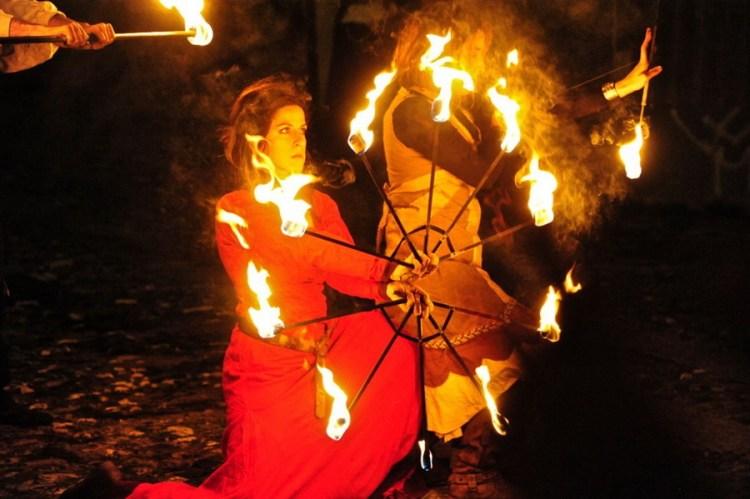 esibizioni con il fuoco durante halloween a triora