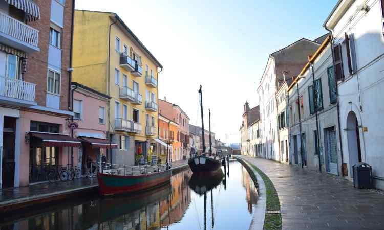 le barche ormeggiate sul canale di Comacchio la Piccola Venezia
