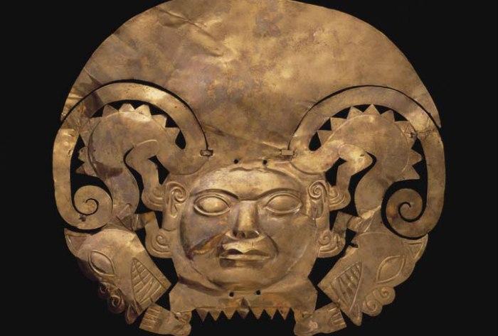 Decorazione Frontale d'oro Mochica esposta al museo larco