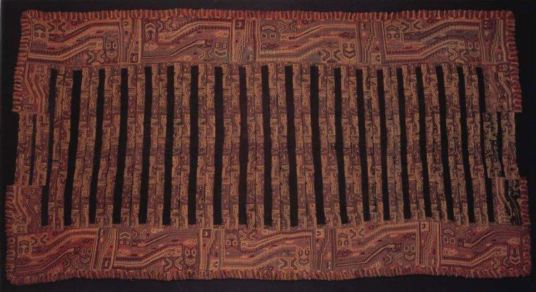 manto paracas esposta nella sala 5 del museo larco