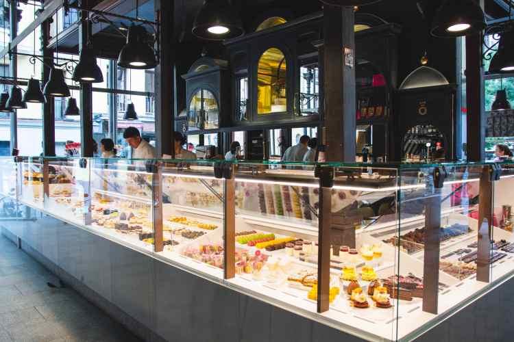 la vetrina di uno stand Street Food nel Mercado de San Miguel