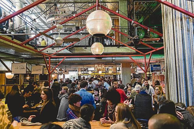 l'ambiente del primo piano dello Street Food Marketing del Mercado de San Ildefonso