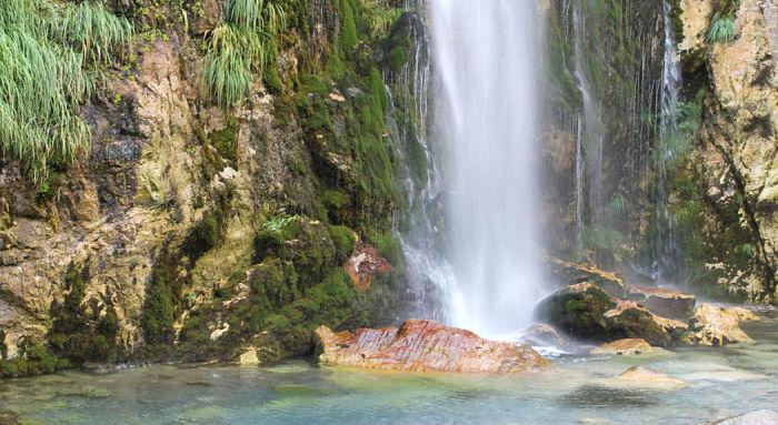 la cascata di grugnas a theth nelle alpi albanesi