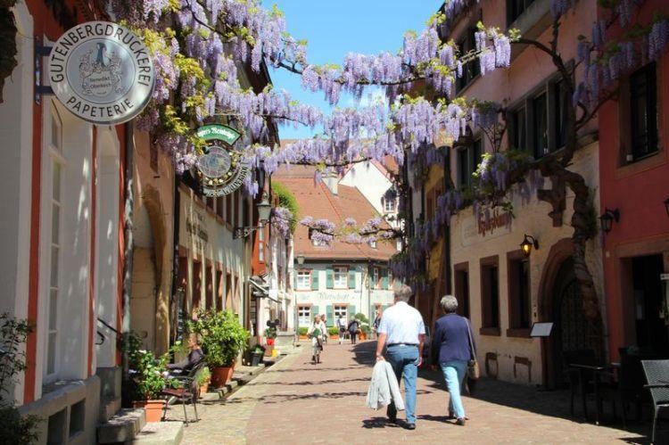 La suggestiva Konviktstraße di Friburgo