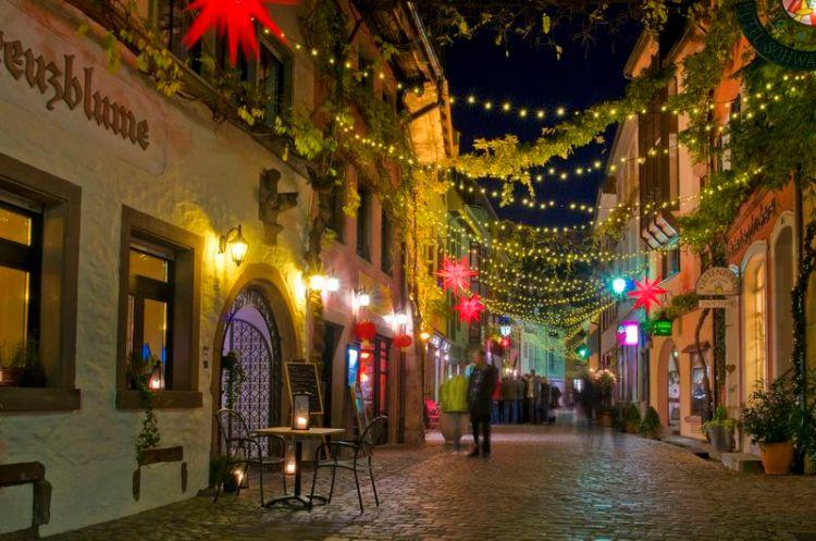 La suggestiva Konviktstraße  di Friburgo di notte