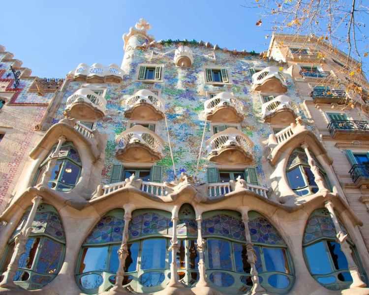 la facciata della Casa Batlló nella capitale catalana