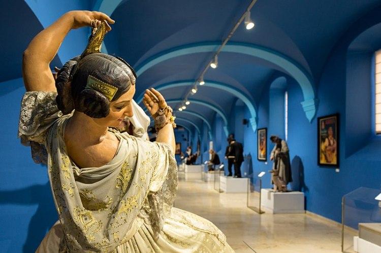 l'esposizione dei ninot storici sopravvissuti alla cremà nel museo fallero di valencia