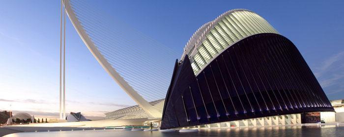 il pont de l'assud d'or sullo sfondo dell'àgora nella città delle arti e delle scienze di valencia