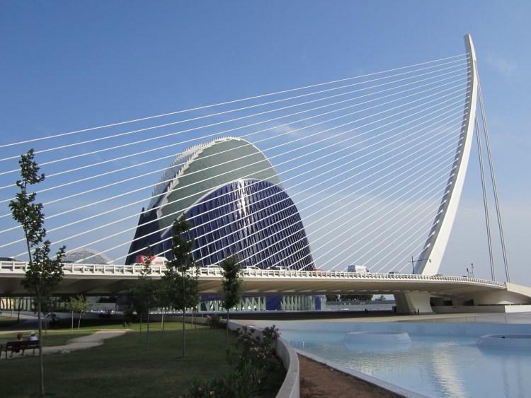 il ponte assud d'or di santiago calatrava dal giardino del turia a valencia