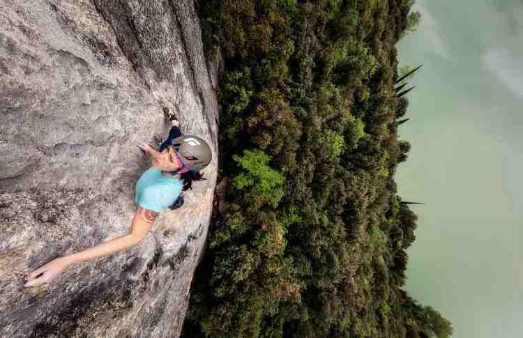 climbing su una parete molto ripida nel garda trentino