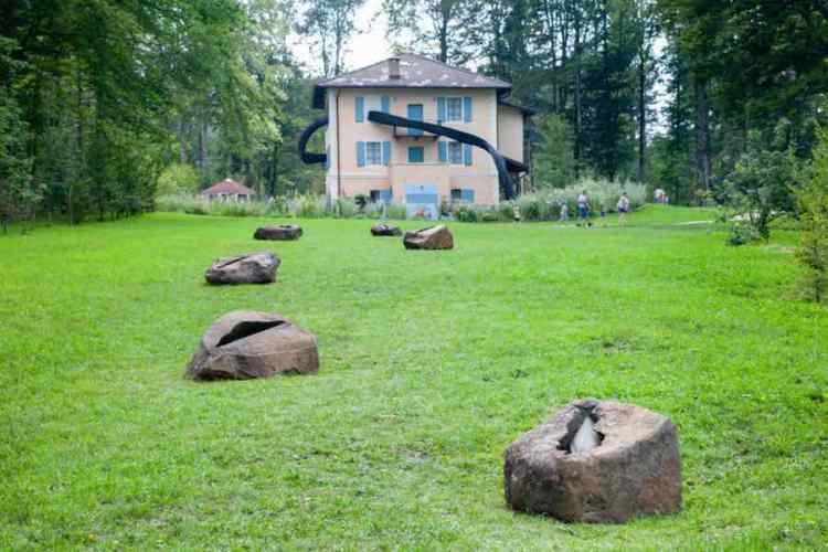 l'installazione i semi della pace nel giardino di villa strobele