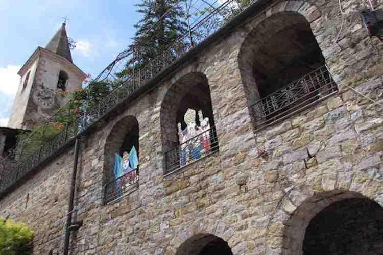 un dettaglio del castello della lucertola nel borgo medioevale di apricale