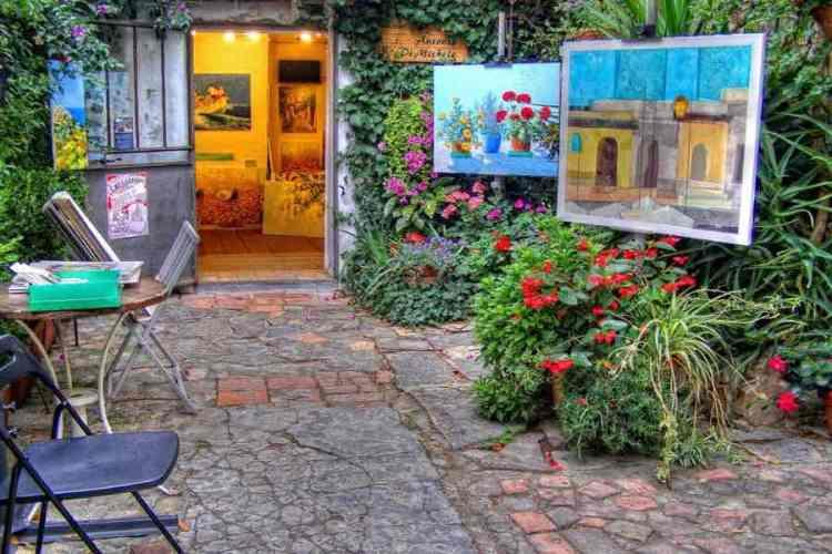 l'atelier di un artista nel borgo di bussana vecchia