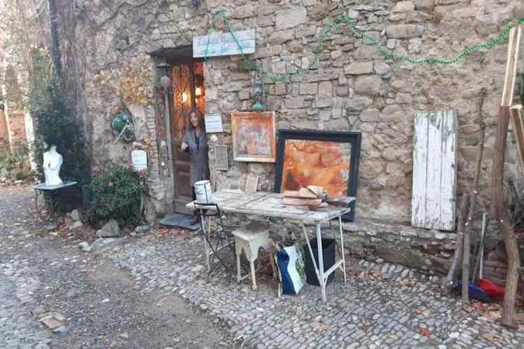 una bottega artigiana nei carugi di Bussana Vecchia