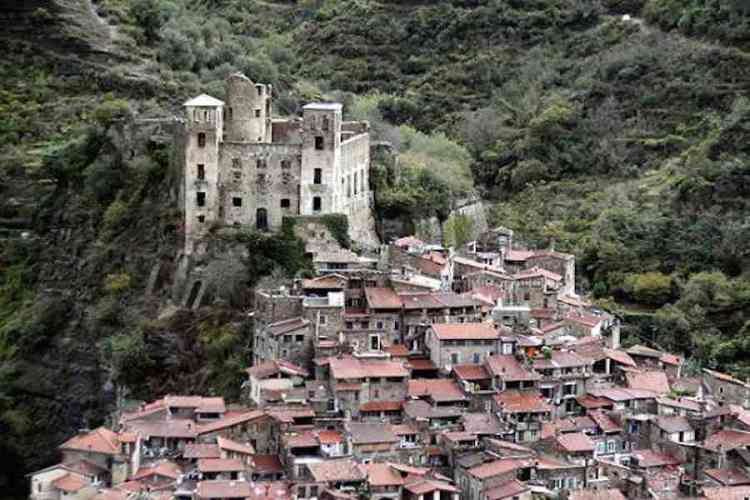 il castello dei doria sovrasta il borgo di dolceacqua nel ponente ligure