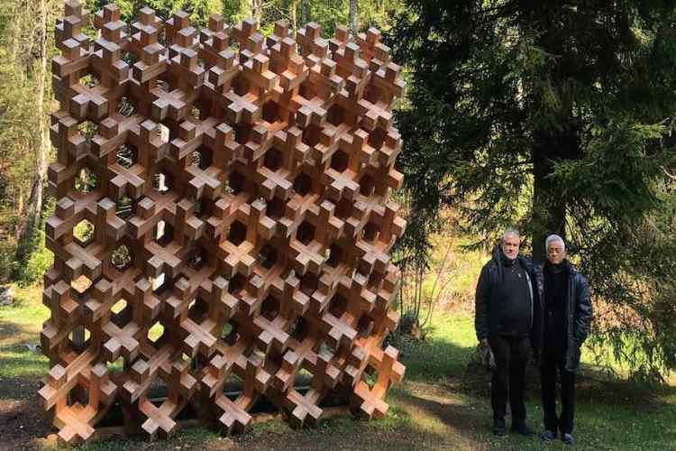 l'installazione forest byoubu nei giardini di villa strobele nel parco arte sella