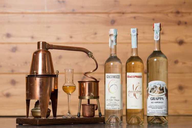 una selezione di bottiglie di grappa barrivata prodotta in Valle di Cembra