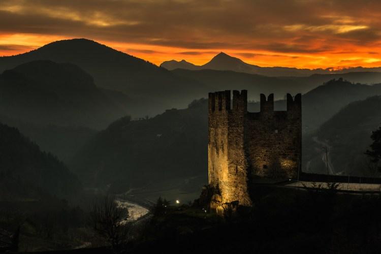 il castello di segonzano in val di cembra al tramonto