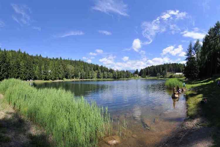 lo specchio d'acqua del lago santo in val di cembra