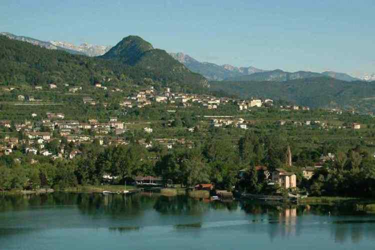 visuale di pergine valsugana dal lago di caldonazzo in trentino