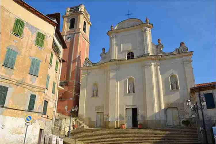 la chiesa di san nicolò di bari nel centro storico di perinaldo