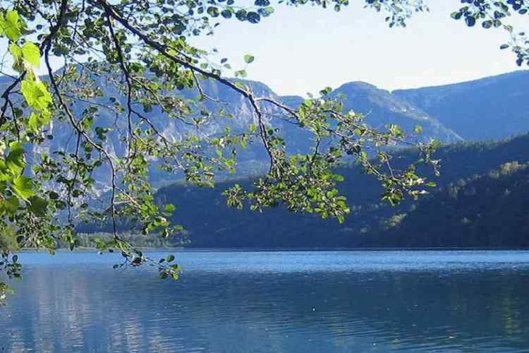 i bellissimi colori del lago di caldonazzo in valsugana trentino