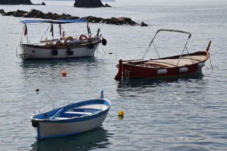 piccole barche ormeggiate nel mare delle cinque terre