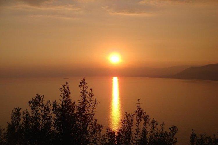 un tramonto sulla baia di san fruttuoso vicino a camogli