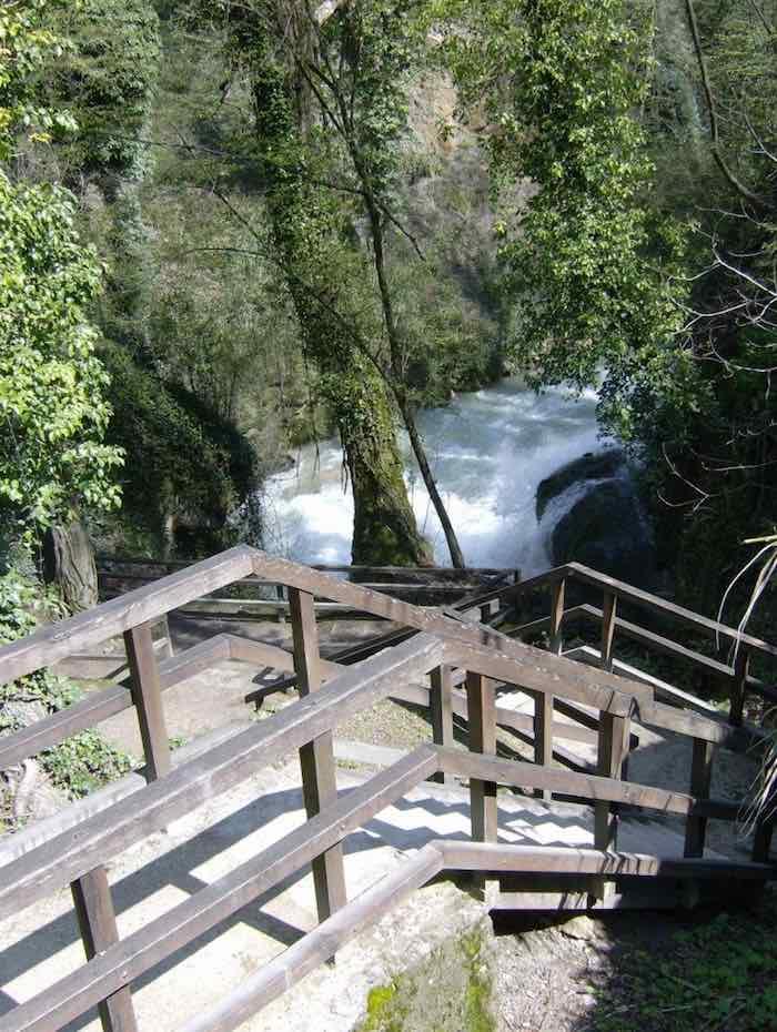 un dettaglio del percorso incontro delle acque delle cascate delle marmore