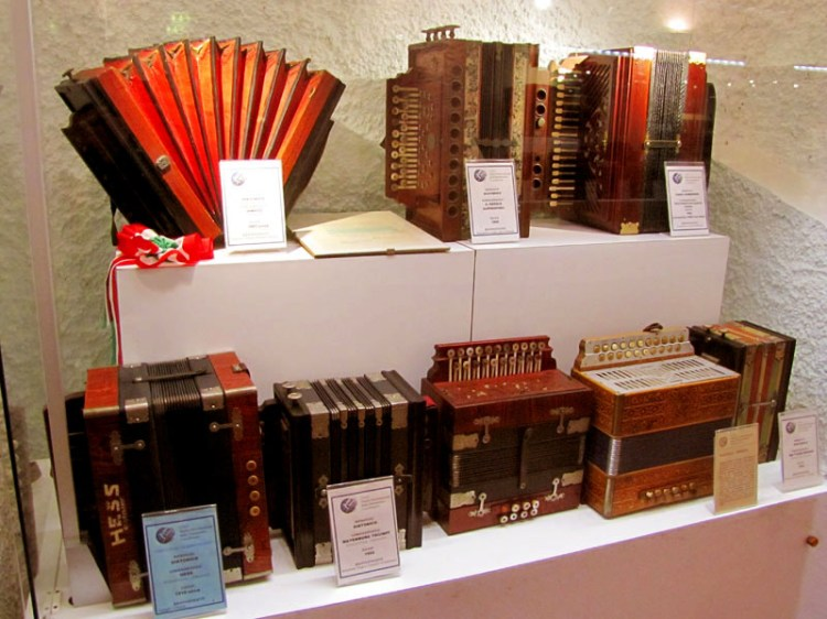 alcune fisarmoniche esposte nel museo internazionale della fisarmonica a castelfidardo entroterra del parco del monte conero