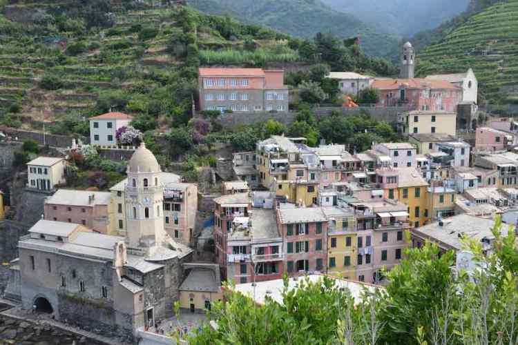 il borgo di vernazza nelle cinque terre visto dall'alto