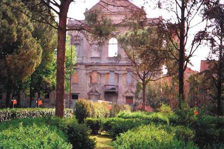 la facciata della chiesa dei santi mauro e agostino di comacchio