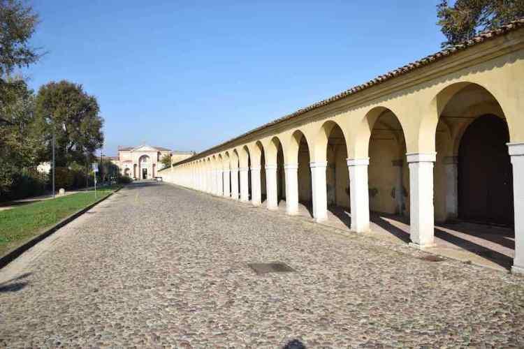 il porticato dell'antico convento dei cappuccini a comacchio