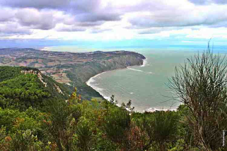 vista della costa dall'entroterra del Parco Regionale del Monte Conero