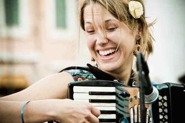 un'artista con la fisarmonica al ferrara buskers festival