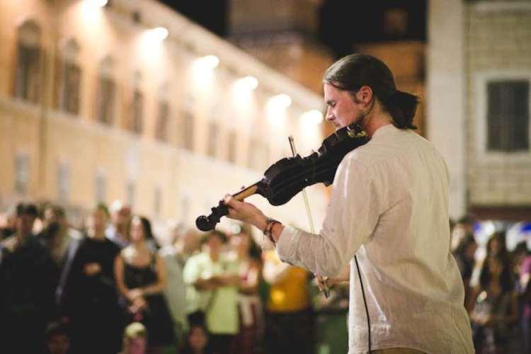 un violinista si esibisce al ferrara buskers festival