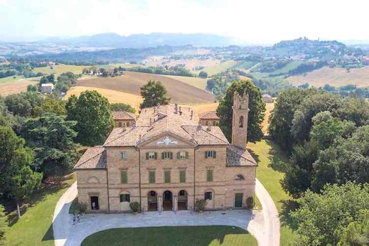 la magnifica Villa Centofinestre a Filottano entroterra del parco regionale del monte conero