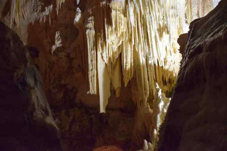 le stalatiti canne d'organo nella sala gran canyon delle grotte di frasassi in provincia di ancona