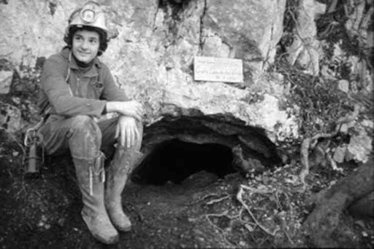 una foto storica della scoperta delle grotte di frasassi