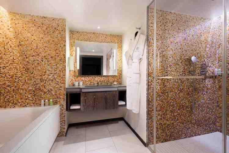elegante bagno dell'hotel de paris uno dei migliori hotel a saint tropez