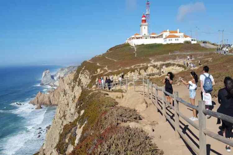 il faro di cabo da roca uno dei posti da vedere durante un viaggio in portogallo