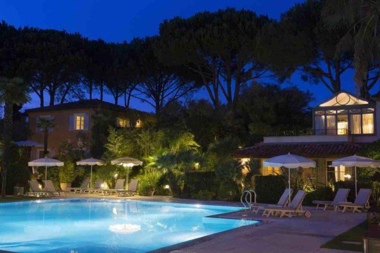la piscina de la bastide de Saint-Tropez di sera, uno dei migliori hotel a saint tropez