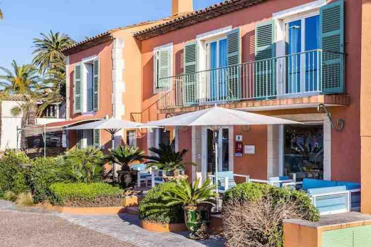 l'ingresso dell'hotel le mouillage uno dei più begli hotel a saint tropez